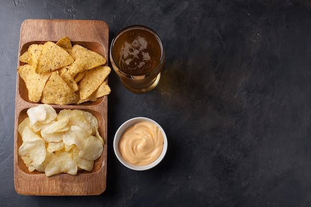 Bier mit snacks sind pommes und nachos.
