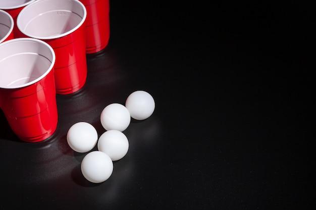 Bier pong college-spiel auf schwarzem hintergrund