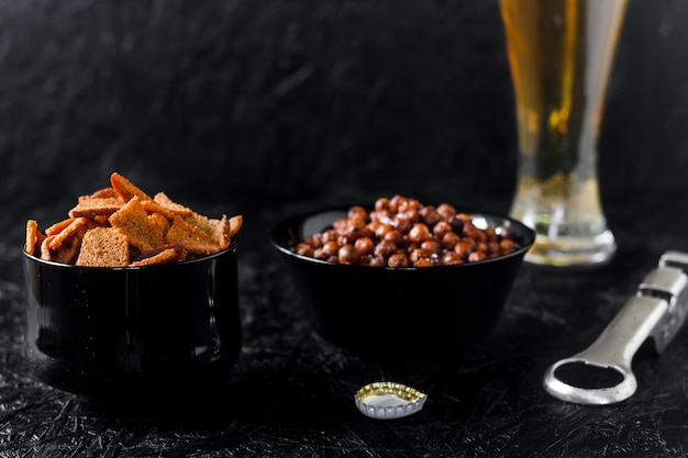 Bier snacks. bier auf dunklem hintergrund.