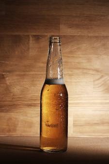 Bier über holzoberfläche