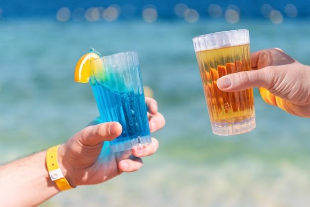 Bier und cocktail auf dem hintergrund des meeres
