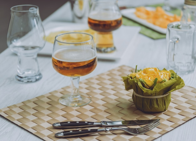 Bier und pommes auf einem großen weißen tisch