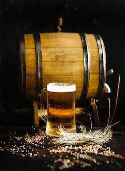 Bier- und weizengewürz auf einer alten hölzernen tabelle