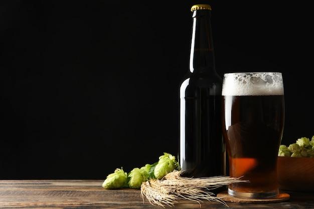 Bier, weizen und hopfen auf holztisch