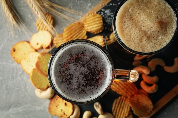 Bier, weizen und snacks auf grauem tisch