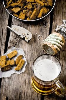 Bierart - bier und cracker auf einem holztisch.