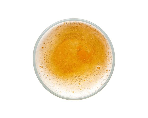 Bierblasen in der glasschale auf weißem raum. draufsicht.