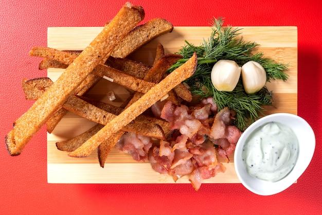 Biercroutons mit knoblauch, sauce und kräutern. für jeden zweck.