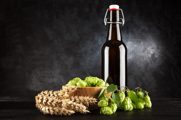 Bierflasche auf dunklem hintergrund