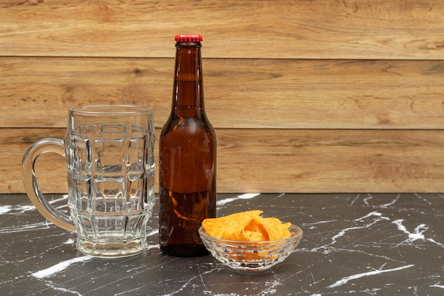 Bierflasche mit glas für bier