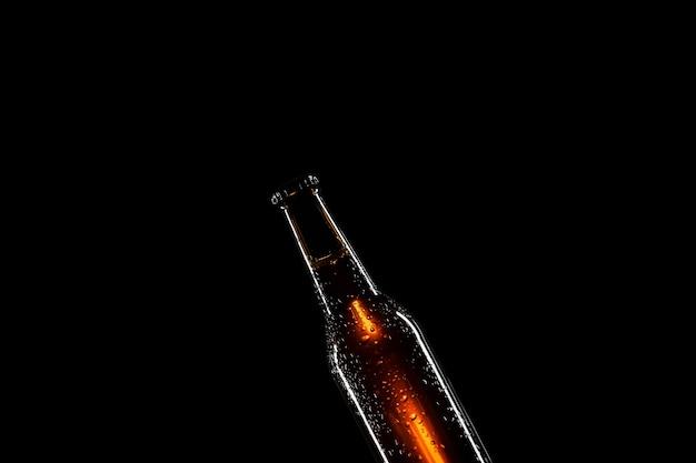 Bierflasche mit schwarzem hintergrund