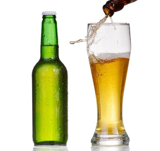 Bierflasche mit tropfen lokalisiert auf weiß