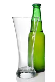 Bierflasche und leeres glas lokalisiert auf weiß