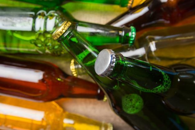 Bierflaschen auf einem holztisch.