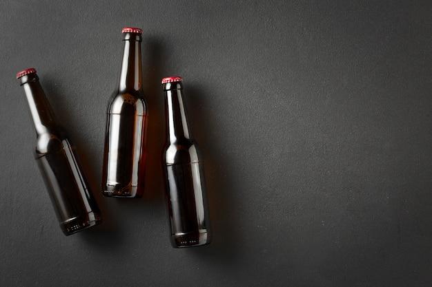 Bierflaschen, schwarzer beton, dunkler hintergrund.
