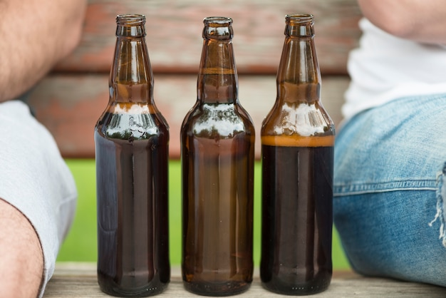 Bierflaschen zwischen männern