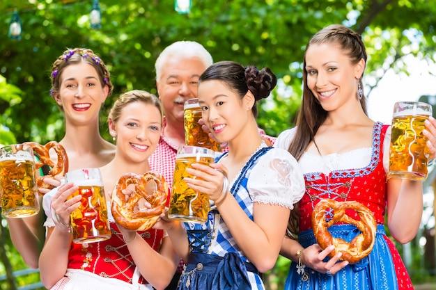 Biergarten - freunde, die in der bayern-kneipe trinken