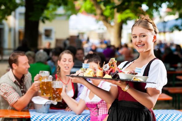 Biergarten-restaurant - bier und snacks Premium Fotos