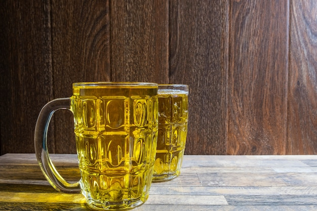 Bierglas auf dem tisch