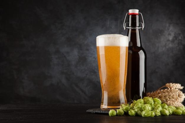 Bierglas auf dunklem hintergrund