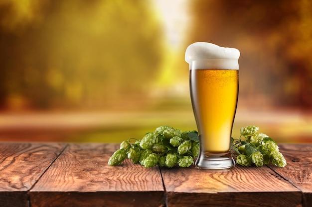 Bierglas auf holzschreibtisch serviert