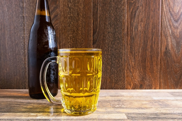 Bierglas und bierflaschen auf dem tisch