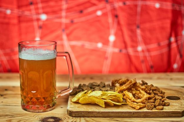 Bierglas und snacks