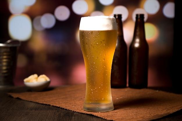 Bierglas vor unscharfem hintergrund