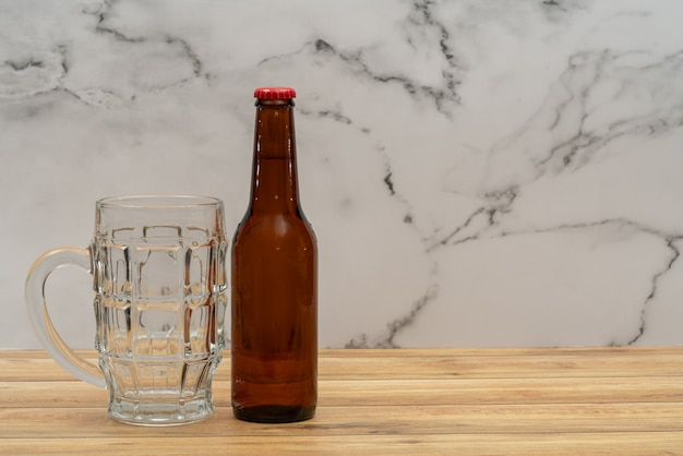 Biergoldflasche mit glas für bier