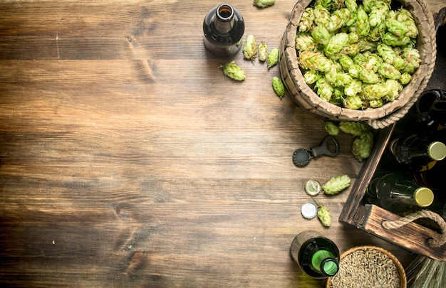 Bierhintergrund bier in flaschen und zutaten auf einem holztisch
