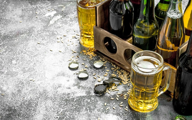 Bierhintergrund. frisches bier in gläsern und eine alte schachtel auf rustikalem tisch