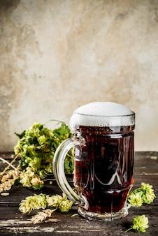 Bierkrug mit dunklem bier