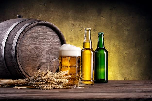 Bierkrug mit gelber und grüner flasche