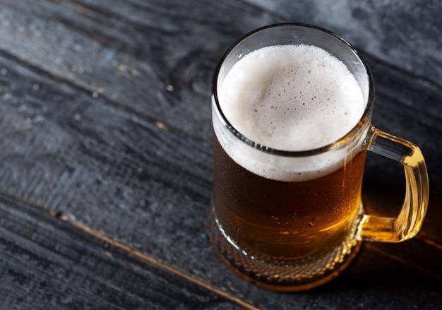 Bierkrug mit hellem bier