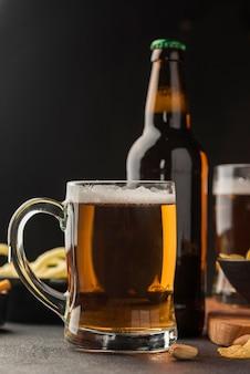 Bierkrug und flaschenanordnung