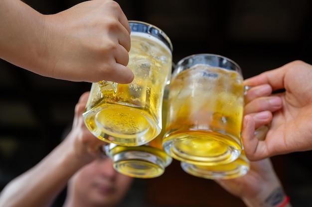 Bierparty mit freunden zu hause, konzept des internationalen biertages.