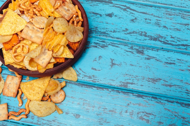 Biersnacks mögen cracker, chips, plätzchen auf einem holzoberflächehintergrund