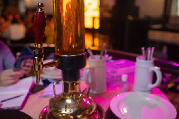 Bierturm 5 liter auf dem tisch. bier für eine große gesellschaft in einer kneipe.