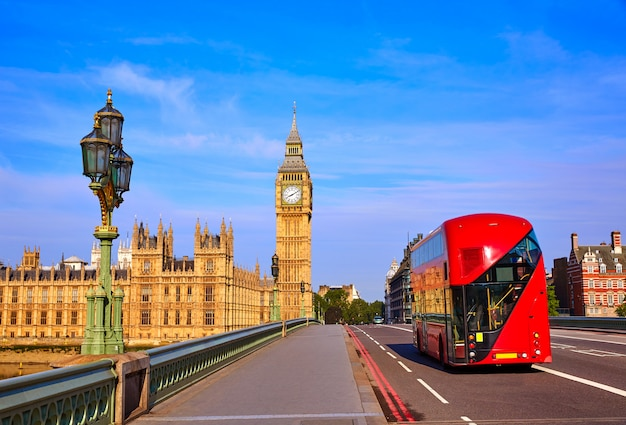 Big ben clock tower und london bus