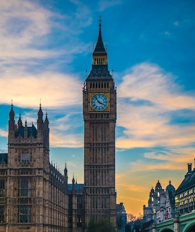 Big ben in london von der themse.
