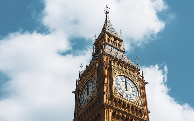 Big ben, london, großbritannien. ein blick auf das beliebte londoner wahrzeichen, den glockenturm, bekannt als big ben. der gotische turm ist ein ikonisches londoner wahrzeichen der houses of parliament