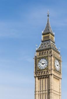 Big ben tower an einem sonnigen tag mit etwas linkem copyspace