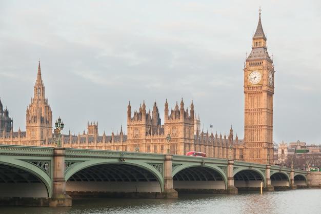 Big ben und parlamentsgebäude am frühen morgen in london