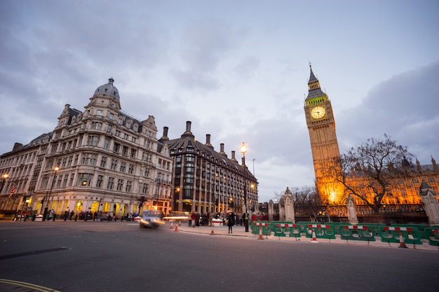 Big ben und statue von sir winston churchill, london, england