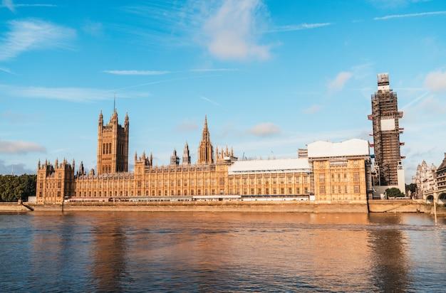Big ben und westminster bridge in london, großbritannien