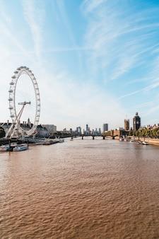 Big ben und westminster bridge mit themse in london, uk