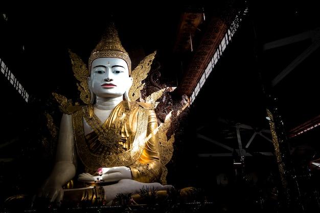 Big buddha ist die hauptattraktion in yangon