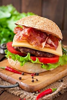 Big sandwich - hamburger burger mit rindfleisch, käse, tomate und gebratenem speck