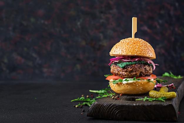 Big sandwich - hamburger burger mit rindfleisch, tomaten, basilikum käse und rucola.