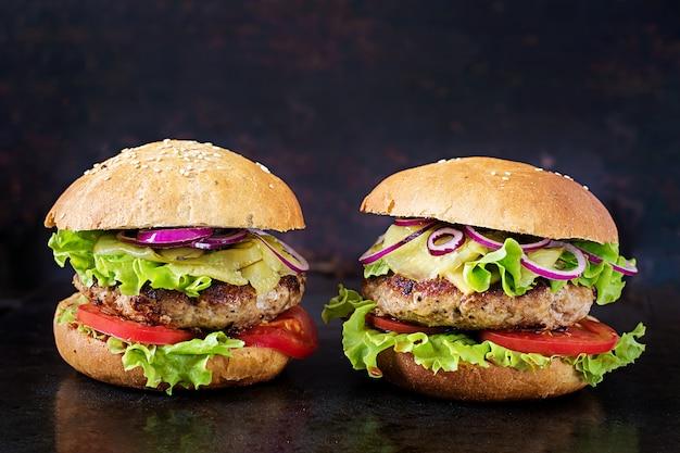 Big sandwich - hamburger burger mit rindfleisch, tomaten, käse und in essig eingelegten gurken.